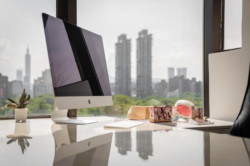 「診間與治療室皆可瞭望台北101與大安森林公園綠景。」