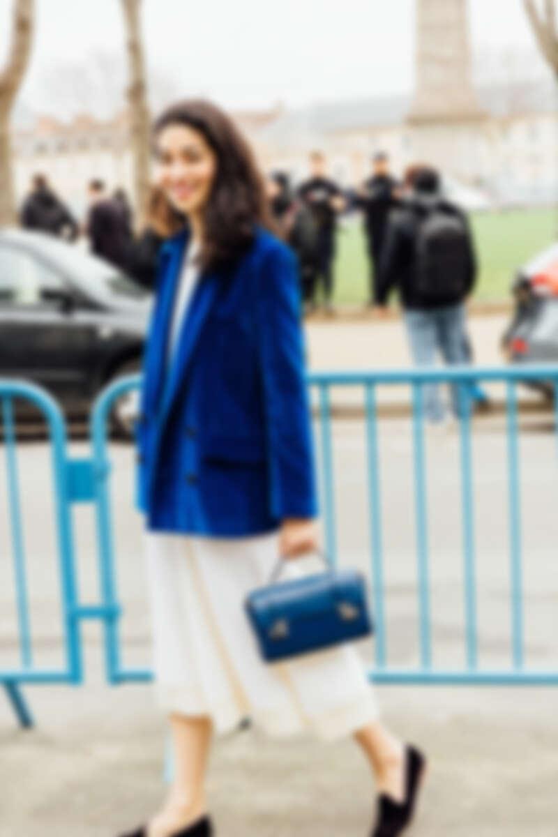 Caroline Issa 將藍色Cabotin包款演繹出既時髦又優雅的動人樣貌