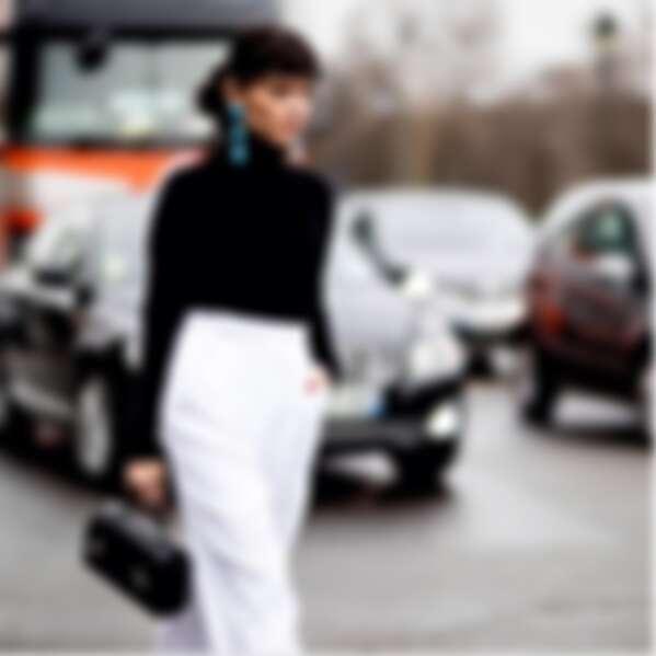 知名造型師Heroine Evangelie Smyrniotaki 背著 Cabotin 黑色包款的有型模樣