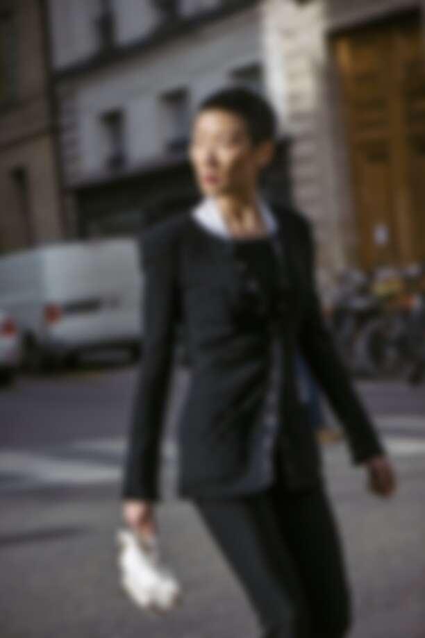 黑色修身外套、格紋無袖上衣、黑色連身七分褲、皮革腰包,all by Chanel。
