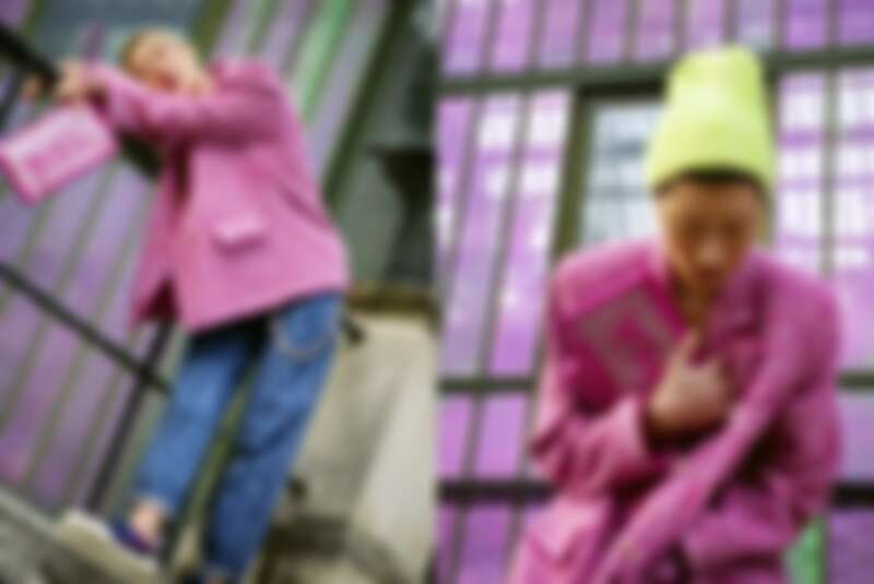 桃紅色斜紋軟呢外套、洗色丹寧褲、撞色休閒鞋、桃紅色手拿包、長鍊作腰鍊使用,all by Chanel;螢光黃毛帽,孫怡私物。