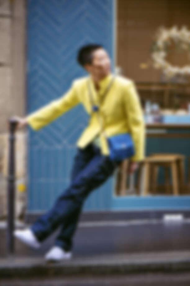 螢光黃斜紋軟呢外套、丹寧材質十字釦雙鍊背包,both by Chanel;丹寧褲、白色球鞋、紮染 T-shirt、腰鍊,皆為孫怡私物。