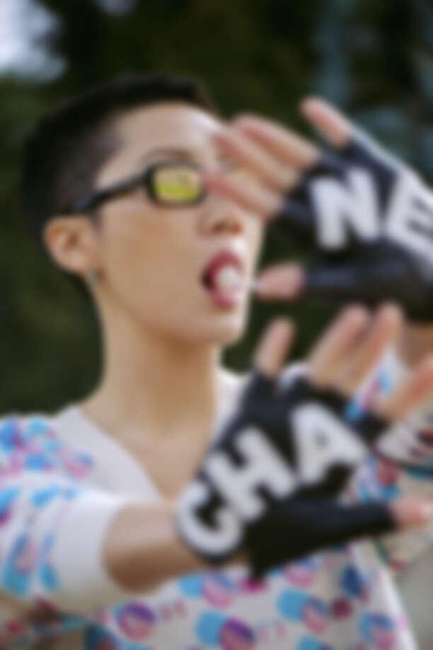 多色陽傘圖案針織上衣、墨鏡、Logo 字樣露指手套,all by Chanel;銀質耳環,孫怡私物。