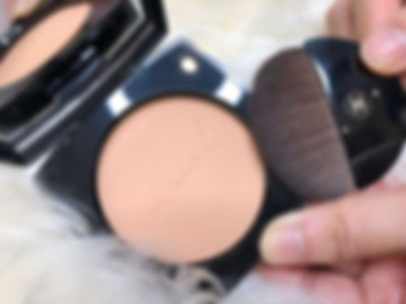 香奈兒時尚裸光蜜粉餅手寫版,連打開內的粉體上也刻有手寫的chanel。