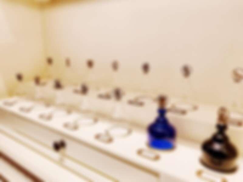 香水的試香是用玻璃罩,上面以動物圖騰來做示意。