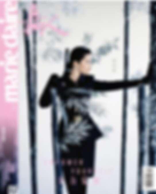 CHANEL的黑色收腰上衣、黑色短裙、金色方扣腰帶,LES TALISMANS DE CHANEL系列ATTIRANTE戒指、耳環