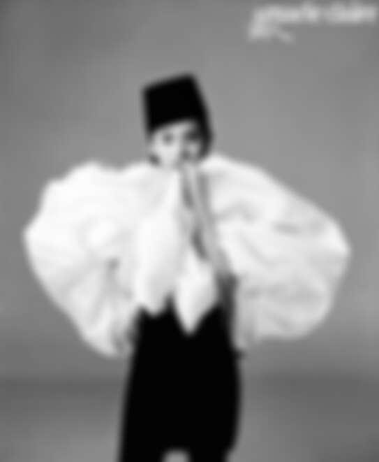 黑白拼色連衣裙、高檐帽 均為GIAMBATTISTA VALLI HAUTE COUTURE
