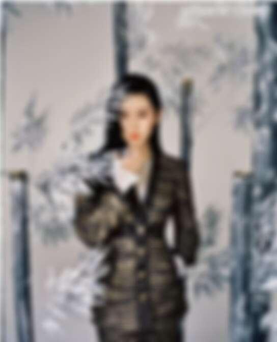 黑金色外衣、白色打底衣、半裙 均為CHANEL, LES TALISMANS DE CHANEL 系列  ATTIRANTE 戒指, COMÈTE 系列  COMETE SPINEL項鍊