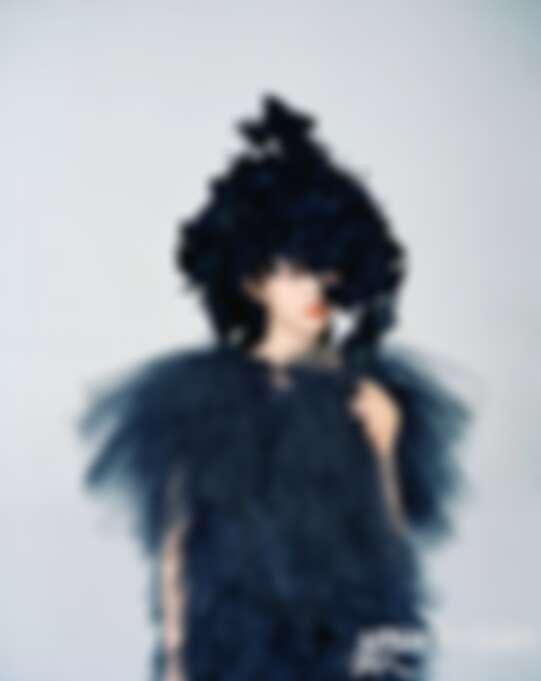 黑色薄纱裙 NOIR KEI NINOMIYA,黑色花帽ROBERT WUN