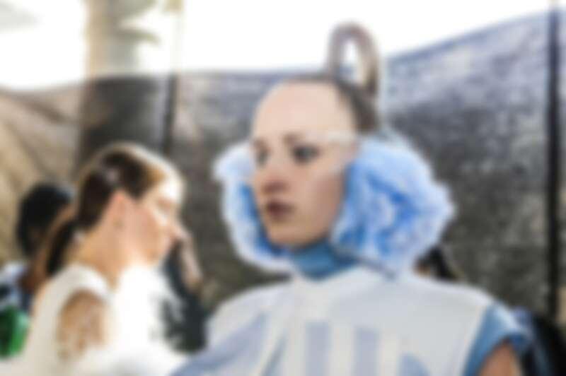 周裕穎以仁美衣標,生產衣標的廢料做成的耳罩