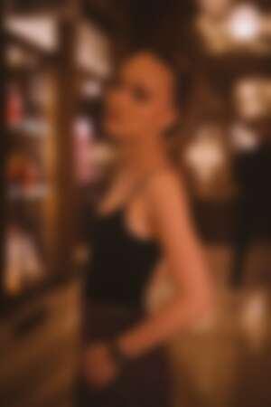 Lily-Rose Depp 佩戴全新黑色款J12出席巴黎發表活動。