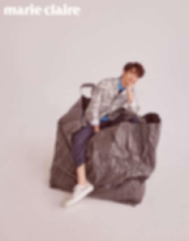 雙色拼接休閒衫、深藍色休閒褲,both by Stella McCartney;圖騰拼接外套、印花休閒鞋,both by Dior Men。