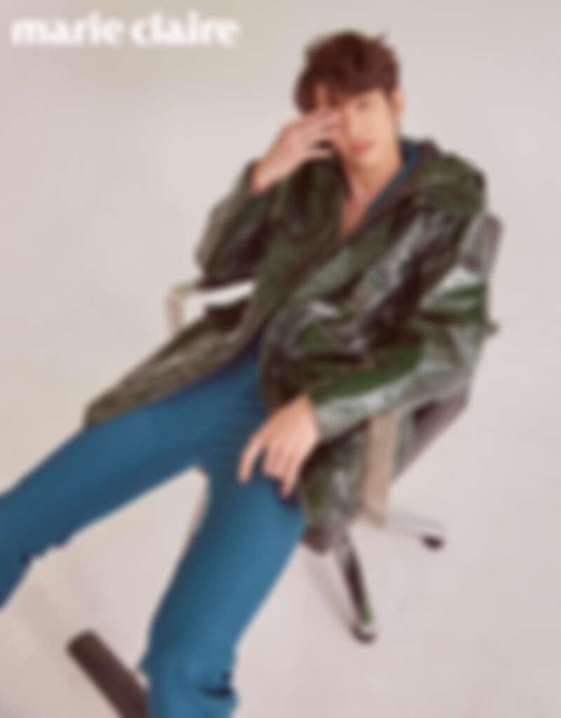 藍綠色西裝外套、西裝褲,both by Givenchy;綠色防水連帽外套,BOSS。