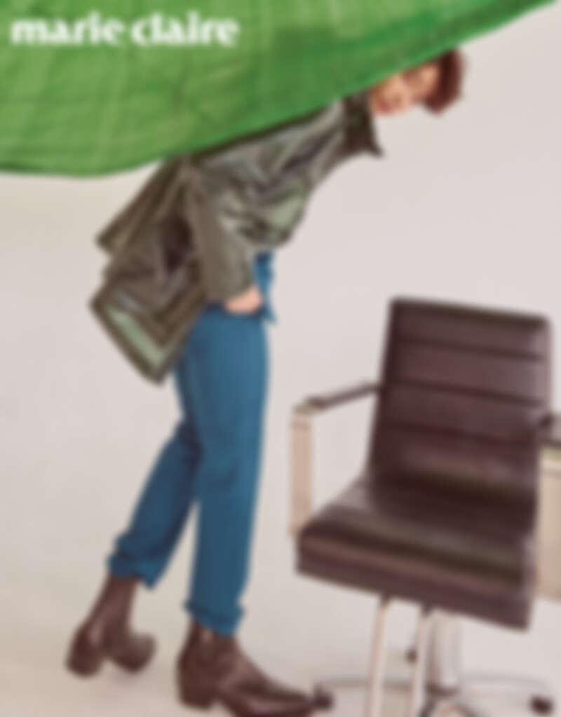 藍綠色西裝外套、西裝褲、黑色皮靴,all by Givenchy;綠色防水連帽外套,BOSS。
