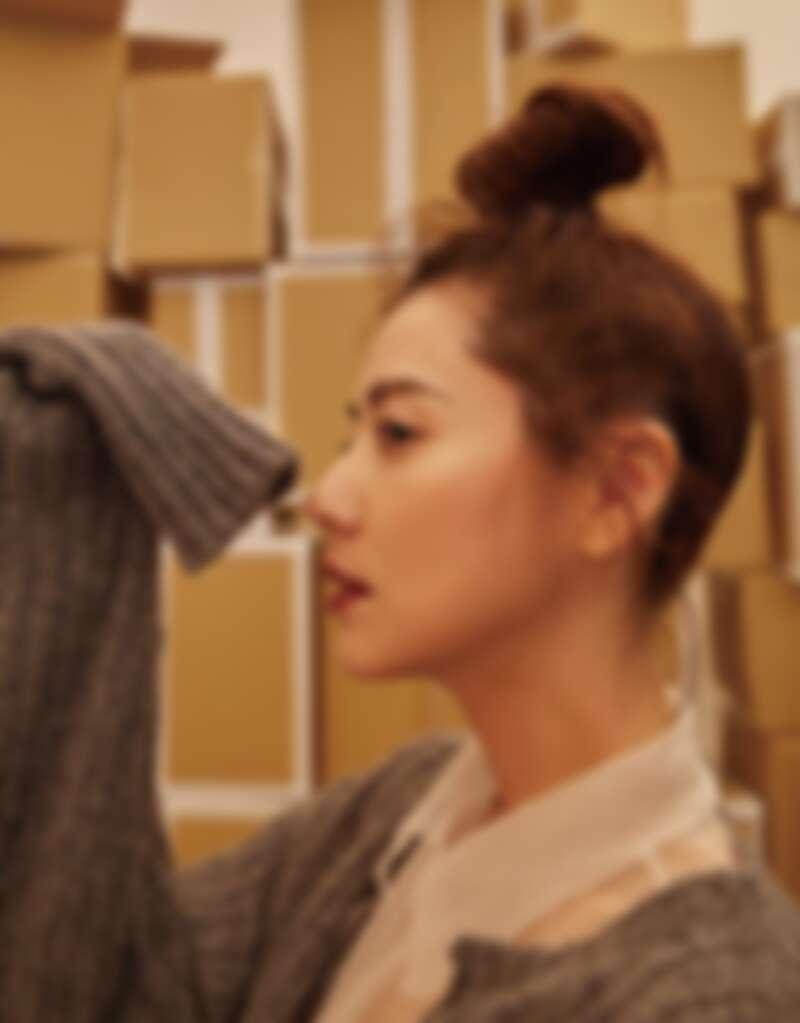 透膚襯衫、灰色針織外套,both by Miu Miu。