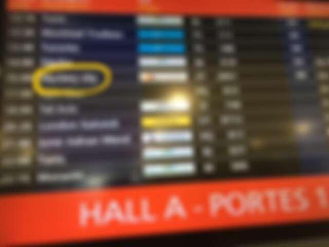 航班資訊看板顯示「神秘城市」