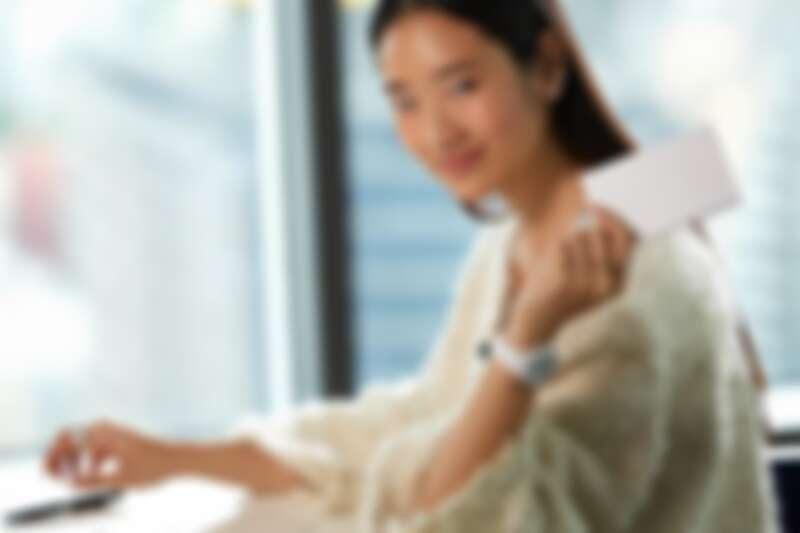 白色款J12腕錶、Coco Crush系列戒指、耳環、白色毛呢外套,all by Chanel。
