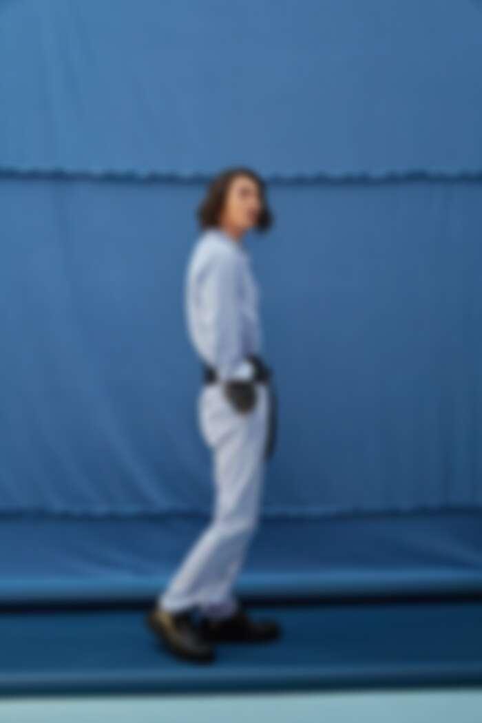 粉藍襯衫 by GUCCI ;水藍長褲 by GIEVES & HAWKES;灰針織毛衣、梭織雙圈腰帶、雙圈皮腰帶、造型皮鞋All by PRADA。