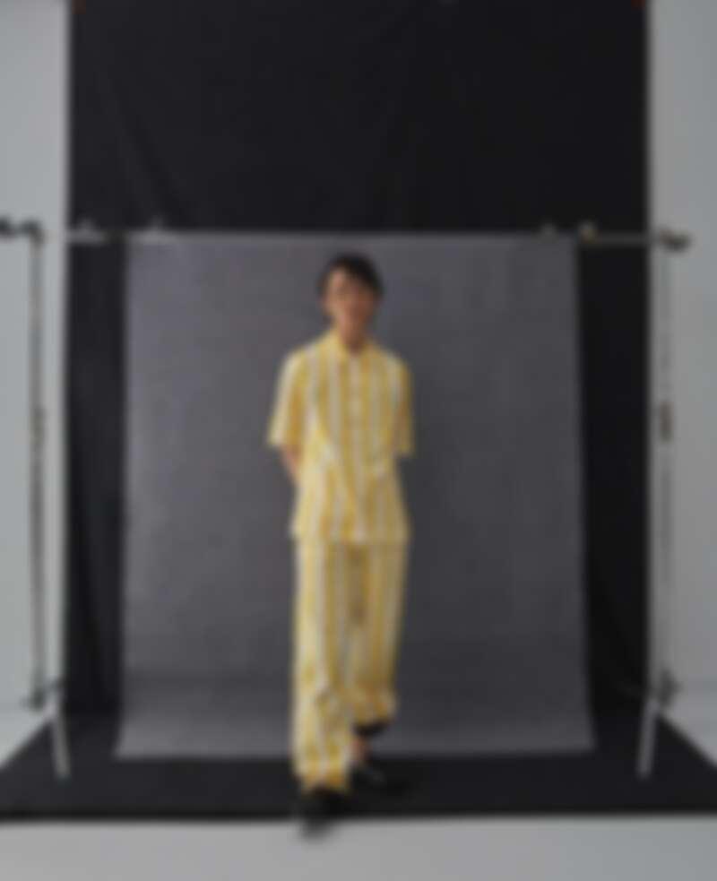 黃色條紋襯衫,條紋長褲,both by Agnes b.;黑色皮鞋,AllSaints。