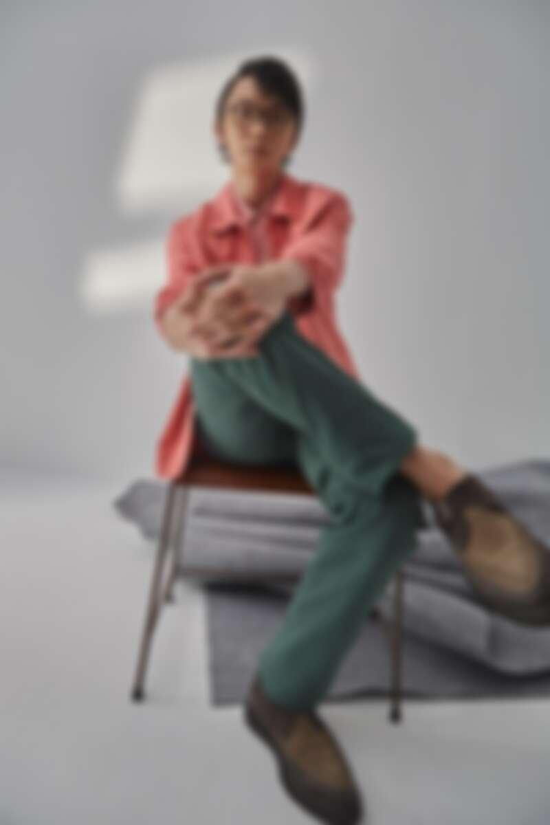 粉色外套、綠色長褲,both by Agnes b.;粉色襯衫、厚底皮鞋,both by AllSaints。