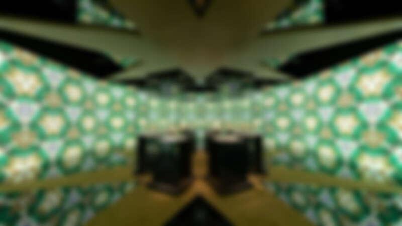 以經典的BVLGARI Serpenti珠寶為視覺概念的實境體驗,讓展區有如大型萬花筒般絢麗繽紛。