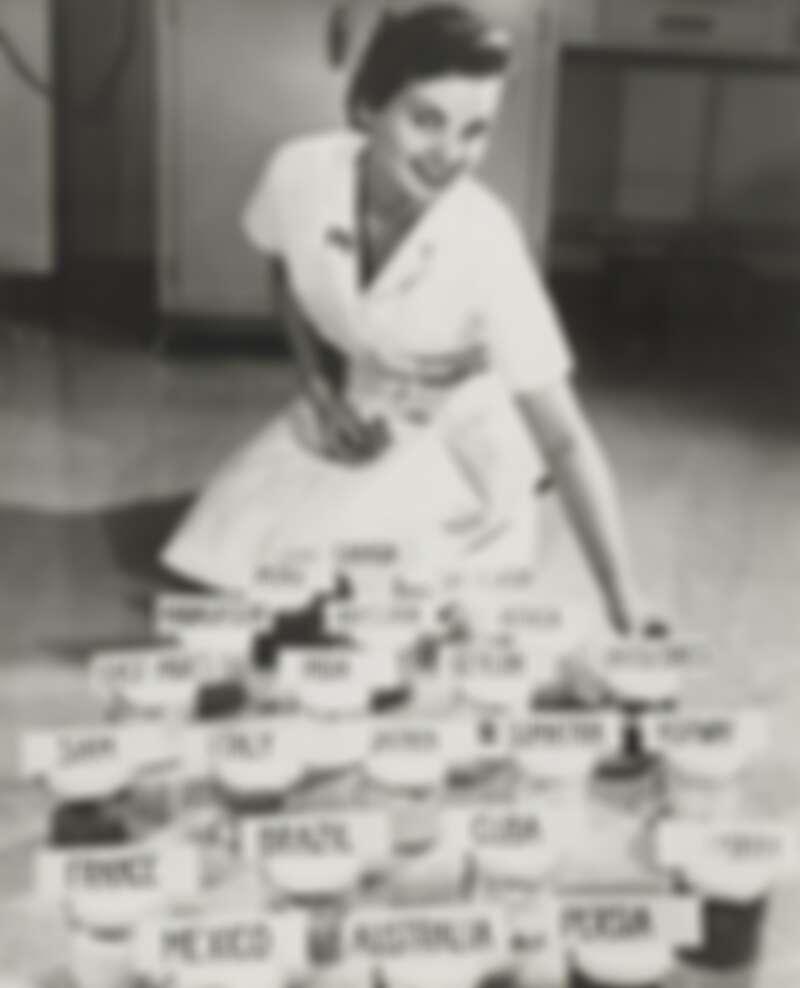 赫蓮娜女士於藥房學習,調配出首款乳霜VALAZE,同時於澳洲墨爾本開設「第一家美容中心」,並拓展至歐洲其他城市