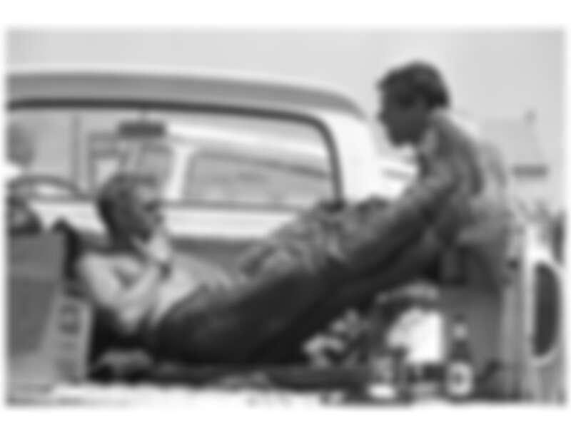 Steve McQueen 跟替身兼摯友 Bud Ekins,攝於1963年