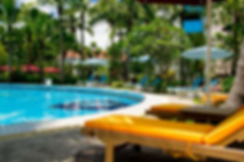 椰林泳池畔充滿度假風情