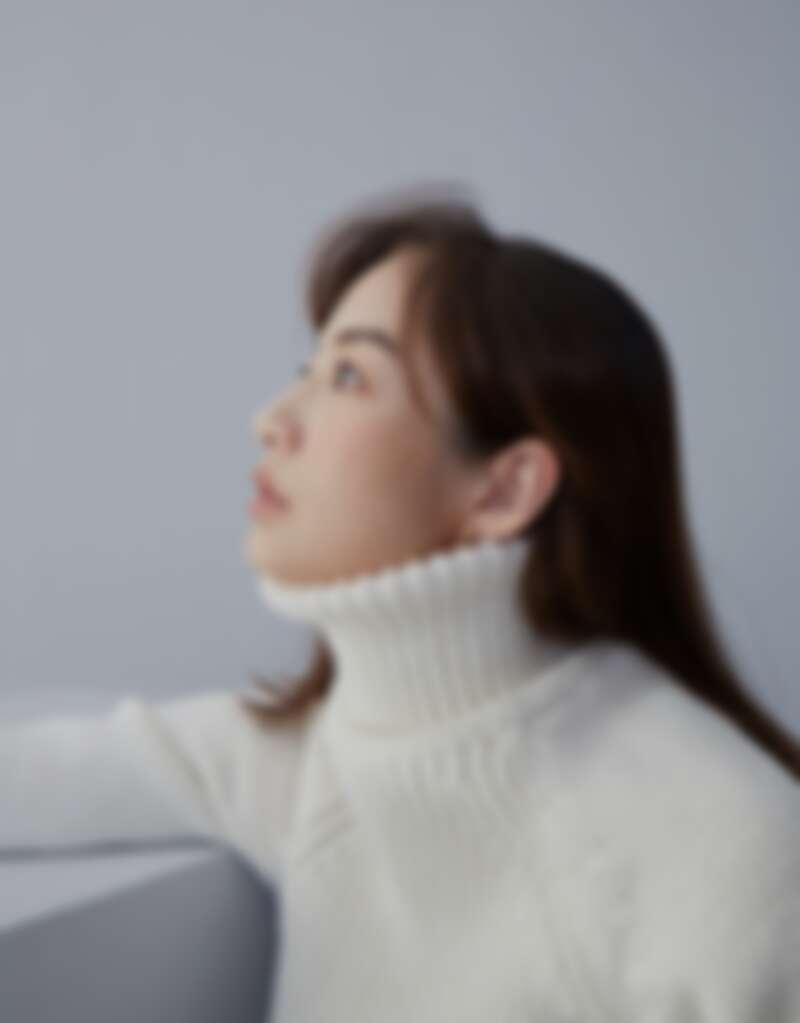 針織高領拼接洋裝、灰色羽毛裝飾長褲,both by Loewe。