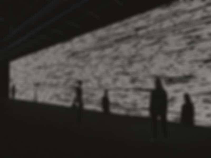 《符碼─詩》2018 影音裝置 概念、構圖:池田亮司 電腦圖形、程式設計:Tomonaga Tokuyama 3台DLP(數位光處理)投影機、電腦、揚聲器 尺寸依空間大小而定 © Ryoji Ikeda & Éditions Xavier Barral (Photo : Patrick Gries)