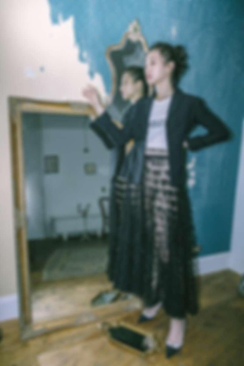 西裝外套、T-Shirt、內襯褲、長紗裙、低跟鞋,all by Dior。