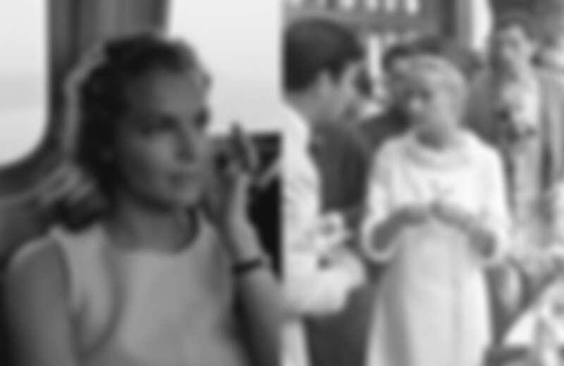 左:1950年代因出演《茜茜公主》三部曲而紅極一時的女星羅美‧雪妮黛(Romy Schneider),佩戴Baignoire腕錶出席活動,以簡單的造型展現個人風格。 右:法國傳奇影后珍妮‧摩露(Jeanne Moreau),以當時流行的直筒小洋裝搭配Baignoire腕錶。