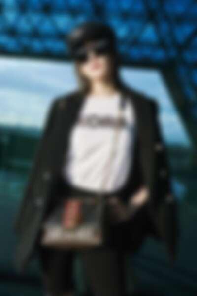 謝金燕肩背CECE動物紋鍊包現身機場準備前往紐約看MK 2020春季大秀