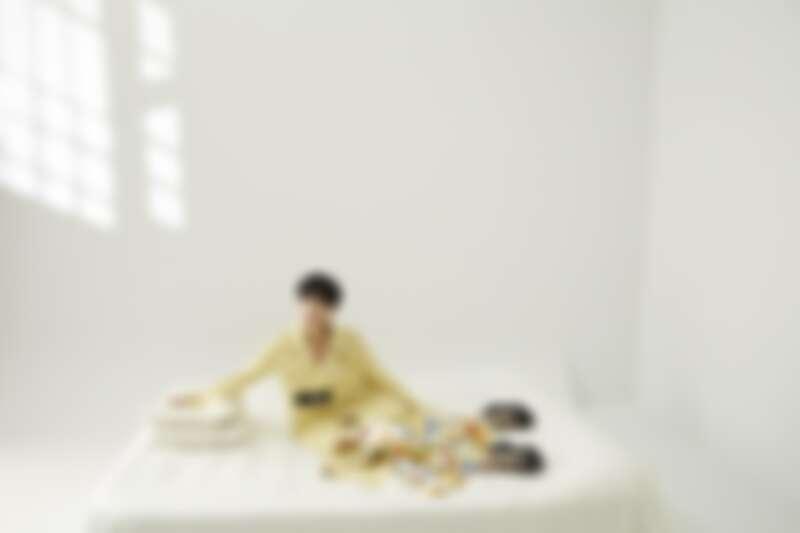 黃色大衣,Bottega Veneta;碎花長裙、黑色厚底鞋,both by Miu Miu。