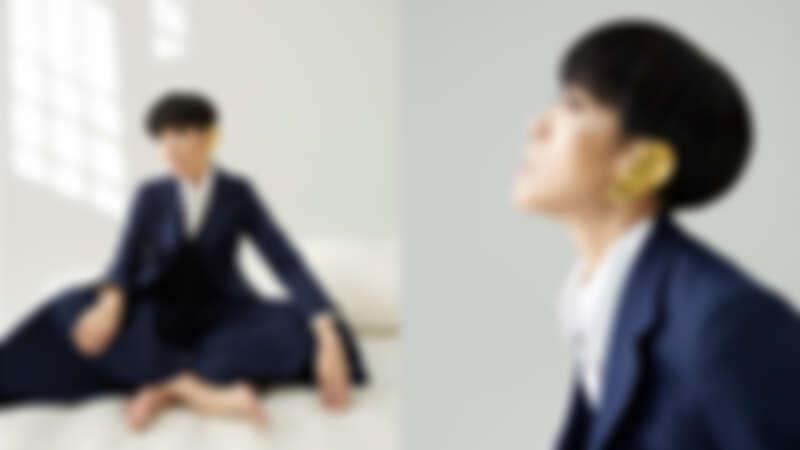白色襯衫、藍色西裝背心、西裝外套、寬褲、金色耳飾,all by Gucci。