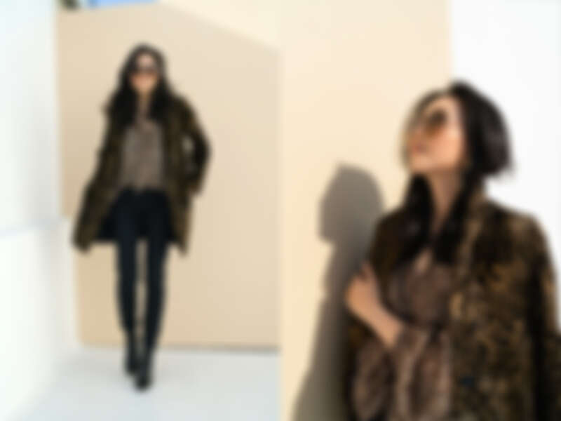 豹紋雪紡襯衫 $12,600/修身黑褲 $10,300 /豹紋大衣 $29,300