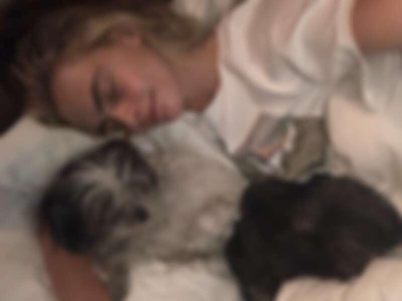 卡拉與女友艾希莉的兩隻狗。