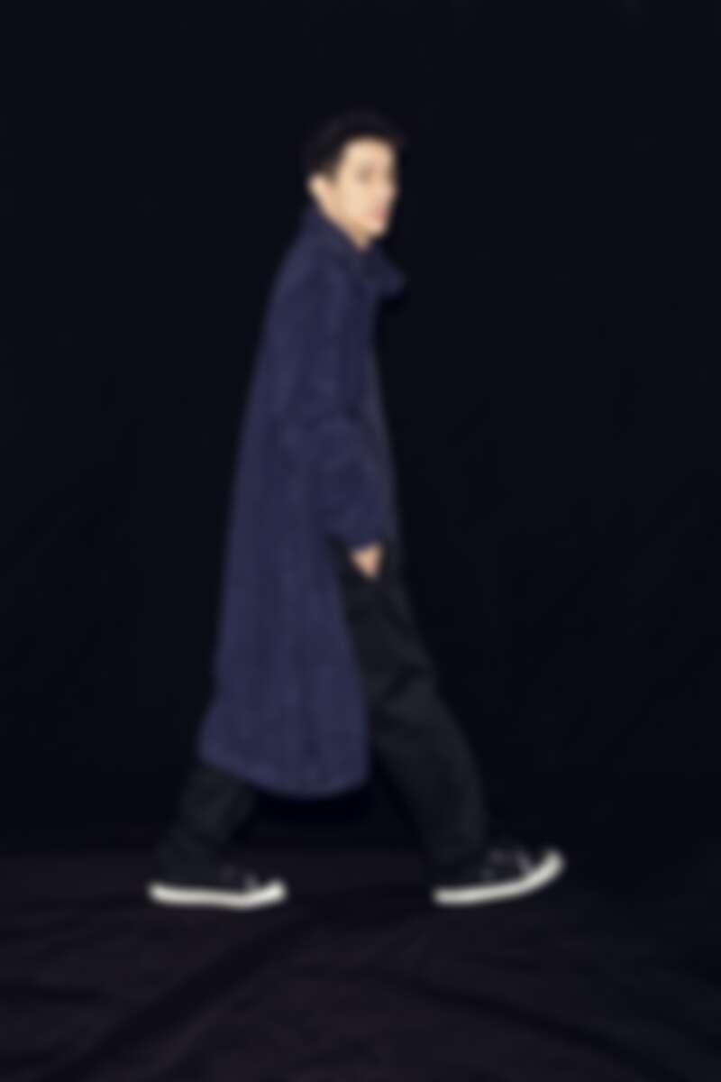 藍格紋襯衫、毛氈長版大衣、黑色寬版褲、黑色休閒鞋,all by Agnèsb。
