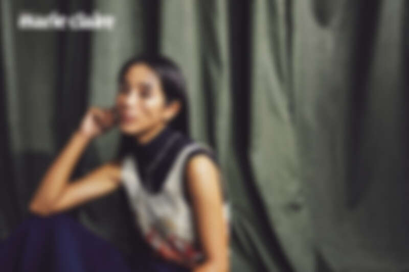 Diva系列墜鍊、手環、戒指,all by Bulgari ;藍色高領衫、圖紋拼接洋裝,both by Chloé