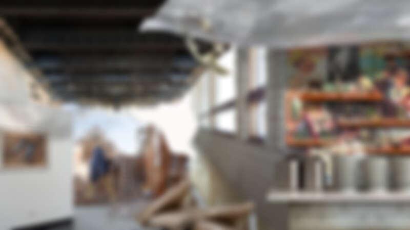影像右側架上的人偶,是一名戰俘離開療養機構後的作品,各種扭曲的人型正是當時在機構裡的身心寫照;左側的路易威登名牌鞋畫作,則真實存在於現在翻修後的精品飯店中。