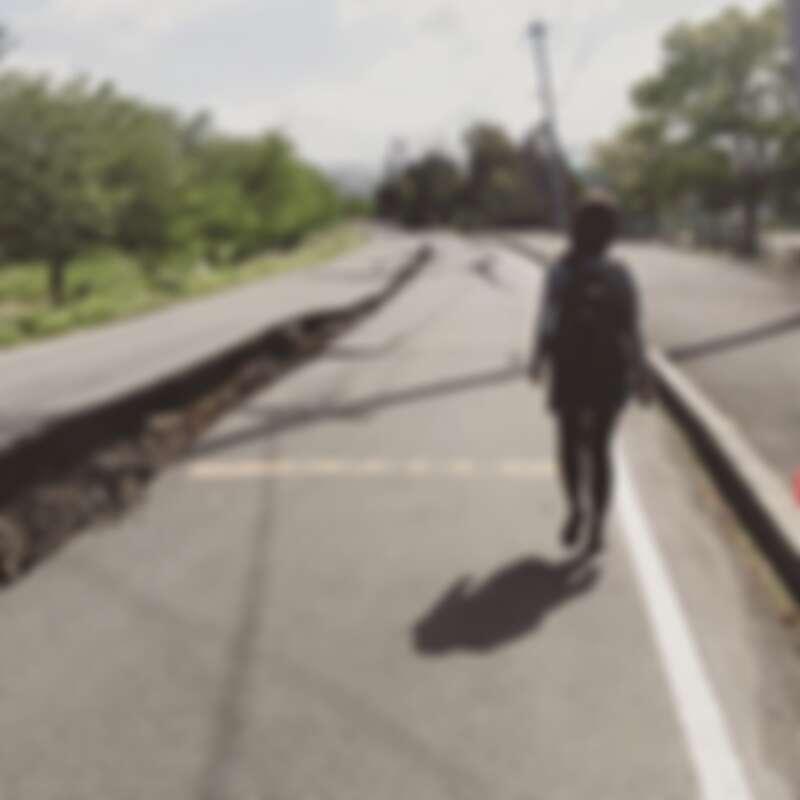 熊本益城町屋倒樹塌,柏油路也因為地震而裂開,我跟攝影記者兩人只能以徒步方式採訪
