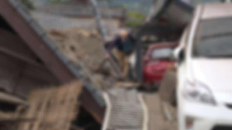 熊本益城町滿目瘡痍,居民冒險進家門找回值錢的財物