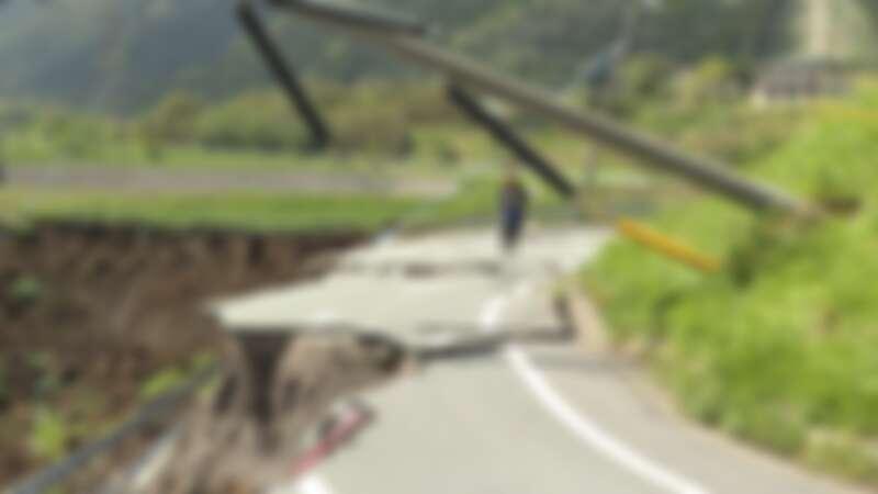 前往阿蘇火山區的路上看到山路斷裂的景象,立即不顧危險下車連線