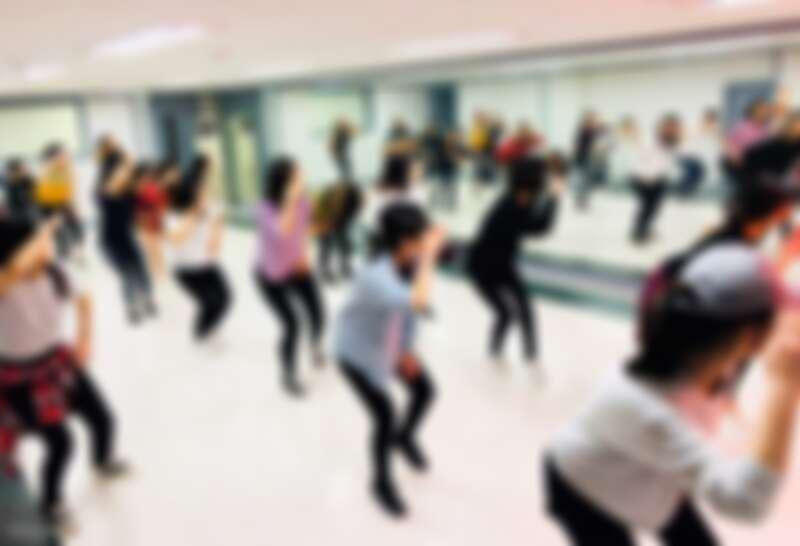 在專業舞蹈老師指導下,跳出像Kpop偶像一樣的舞步