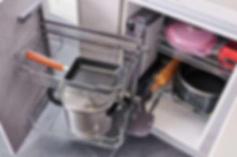 利用轉角連桿功能地櫃來取用物品,巧妙運用轉角空間,收納較少使用的鍋具。