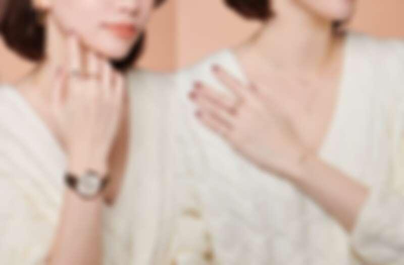 左:K10個性款戒指(食指)、K18與K10經典戒指(中指)、ete個性款手錶。  右:K10閃耀鑽石項鍊、K10珍珠鑽石項鍊、聖誕限定雙環戒指(中指)、K10鑽石戒指(小指)、聖誕新品寶石手環。