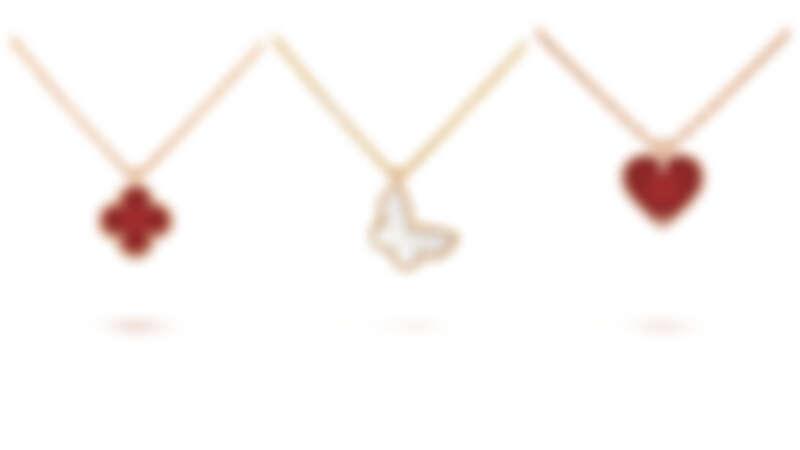 左起:Sweet Alhambra吊墜(玫瑰金, 紅玉髓),NT49,000、黃K金與白色珍珠母貝蝴蝶吊墜,NT44,000、玫瑰金紅玉髓心形吊墜,NT49,000