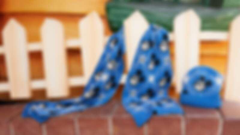米奇經典藍編織圍巾 $17,500、米奇經典藍編織毛帽 $12,300