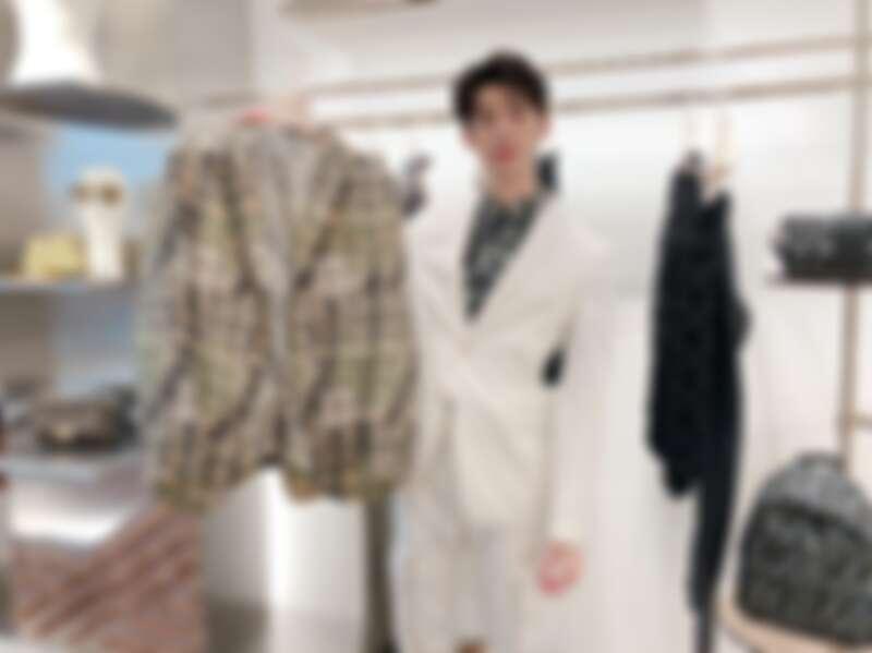 許光漢著印花設計襯衫(NT$24,500)、白色設計西裝外套(NT$54,000)、設計長褲(NT$34,900)、墨綠色FF Logo設計後背包(NT$56,000)。