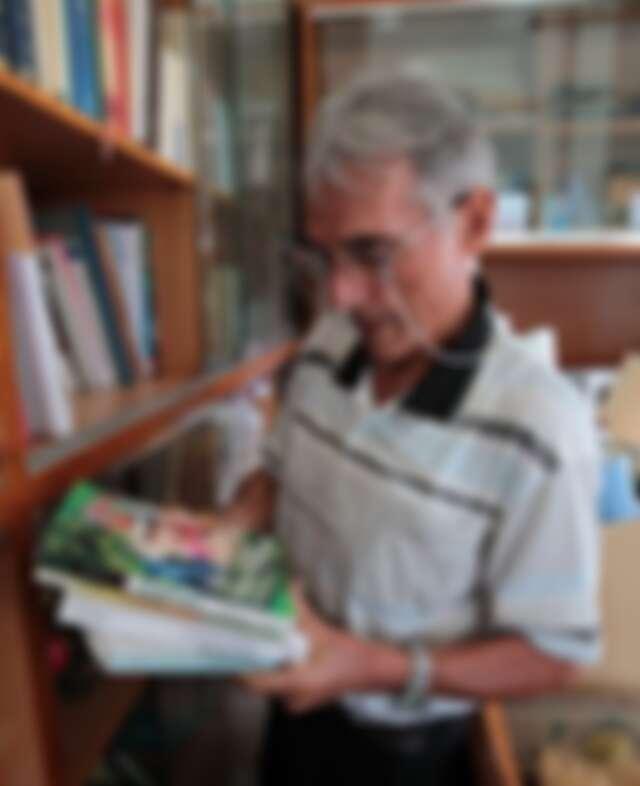 甫獲吳尊賢愛心獎的劉一峰神父,從書櫃拿出吉雷米的著作。